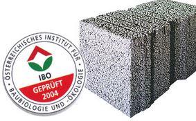 """Všetky zvislé konštrukcie (obvodové, vnútorné nosné aj deliace steny) sú navrhnuté a vyrobené ako veľkoplošné dielce z ľahkého keramického LiaporBetónu, pevnostnej triedy 18 MPa a objemovej hmotnosti len 1 400 kg/m3. Stropná konštrukcia Skladá sa z masívnych prefabrikovaných polostropných dosiek s monolitickou nadbetonávkou (vznikne tuhá stropná tabuľa). Hrúbka dosiek v závislosti od typu rodinného domčeka je 18 cm až 20 cm. Schodiská Montované, celoposchodové točité schodisko je uložené v dolnej časti na základovú dosku, v hornej časti na stropnú tabuľu (ozub) a ďalej zapustené pomocou dvoch konzol do obvodovej steny. Je taktiež odliate z LiaporBetónu. Schodisko umožňuje akúkoľvek neskoršiu povrchovú úpravu. Riešenie inštalácií Použitá elektrická sústava (zložená zo škatúľ, trubiek, viečok, spojok) umožňuje jednoduché umiestnenie elektrických rozvodov, TV, telefónu. Kúrenie, voda, odpady Rozvody sú vedené v konštrukcii podlahy, v mieste napojenia je vyrobená drážka v stenovej konštrukcii. Hĺbka a veľkosť drážky je dimenzovaná podľa typu zriaďovacieho predmetu. Našou snahou je v maximálnej miere pri všetkých typoch domov smerovať umiestnenie hygienických centier """"nad sebou"""", a tým zjednodušiť a zlacniť montáž týchto inštalácií. Detaily stykov konštrukcie Návrh stykov dielcov je urobený s dôrazom na elimináciu prípadných viditeľných vlasových trhliniek, ktoré vznikajú spojením rôznych materiálov. Z týchto dôvodov je veľkosť jednotlivých dielcov volená tak, aby v mieste spojenia v interiéri napr. obvodových prvkov, bola ukotvená priečka. Jednotlivé styky stien sú vyriešené pomocou lanových kotiev, ktoré zaručujú jednoduchú montáž a veľmi spoľahlivý spoj. Optimálne vyhotovenie stykov panelov s ohľadom na minimalizovanie vzniku tepelných mostov je realizované dodatočným zaizolovaním stykov polyuretánovou penou. Návrh konštrukcie a vykonané skúšky: Návrh, statické posúdenie, konštrukčné detaily riešenia stykov, tepelnotechnické výpočty a návrh skladby obvodového plášťa v"""