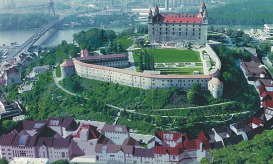 Bratislava, Zámocká ulica Výstavba 21 polyfunkčných objektov v severnej časti okolia Bratislavského hradu (služby, obytné a kancelárske priestory, parkovanie) Výstavba: 04/1998 - 12/2003