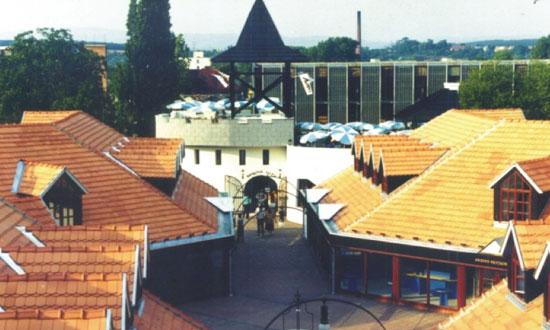 Lučenec, Zlatá cesta Výstavba pešej zóny, výstavba 16 samostatných objektov Výstavba: 11/1992 - 05/1993